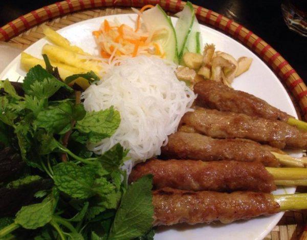 quán nem lụi-bún trộn- một trong những quán ăn ngon ở Thanh Hóa